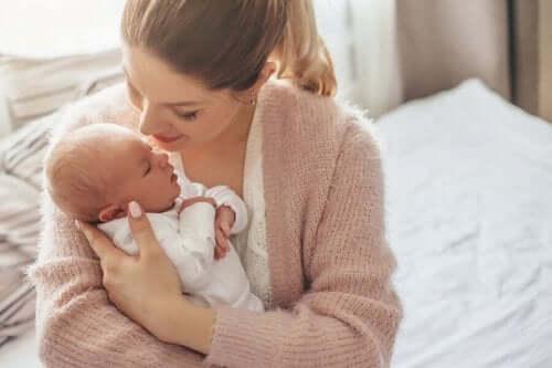 Mor, der krammer baby, viser, hvor skønt det er at få en baby om sommeren