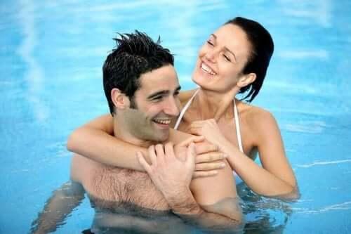 Par i pool viser, hvordan seksuel lyst øges om sommeren