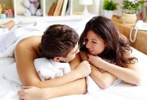 Par snakker sammen i seng