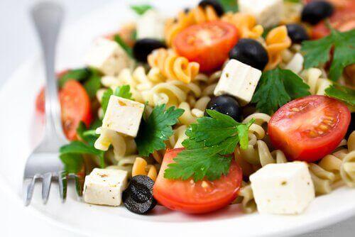 Denne pastasalat er et sundt, kaloriefattigt alternativ, udelukkende med vegetariske ingredienser