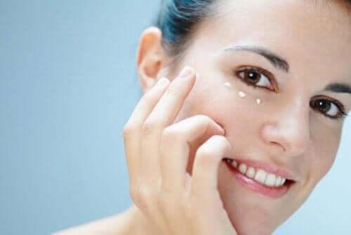Seks tips til at pleje huden omkring øjnene