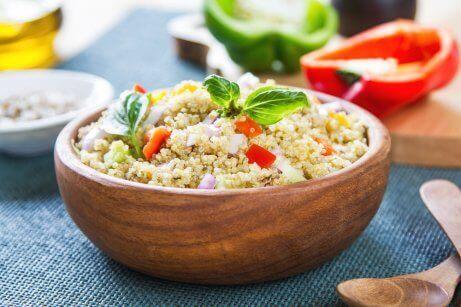 Quinoa og kikærter er begge ingredienser, der er rige på vegetabilske proteiner af høj kvalitet