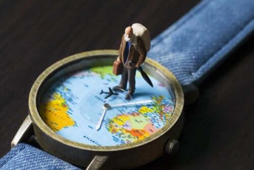 Lille mand på ur med verdenskort