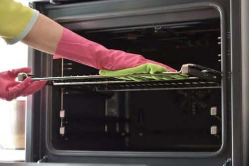 Syv måder at rengøre bradepander på