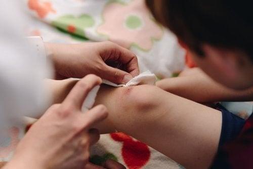 Dreng får behandlet sit sår