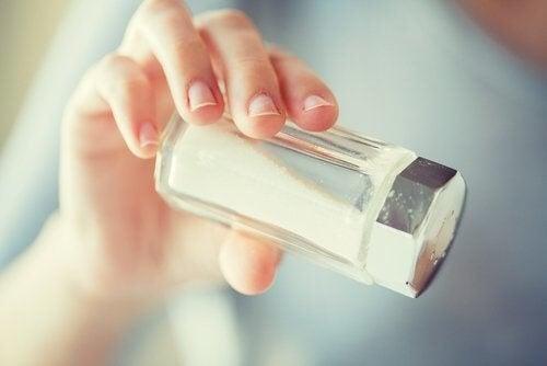 Person holder saltbøsse, selvom råd til overgangsalderen indebærer mindre salt