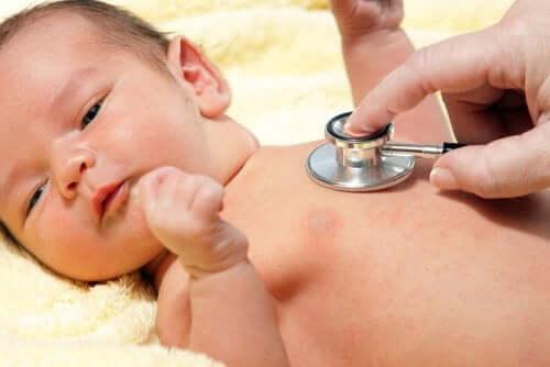 Nyfødt baby tjekkes af læge