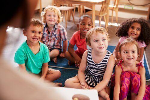 Smilende børn i klasseværelse illustrerer den bedste skole