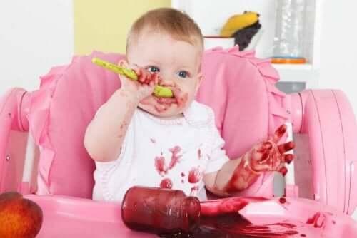 Baby nyder sunde måltider til en baby