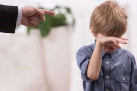 Et barn, der bliver skældt ud