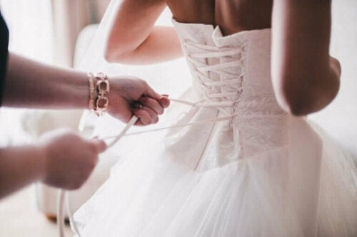 Brud får bundet sin kjole