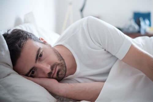 Trist mand i seng