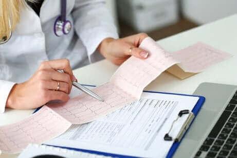 En læge, der læser et elektrokardiogram