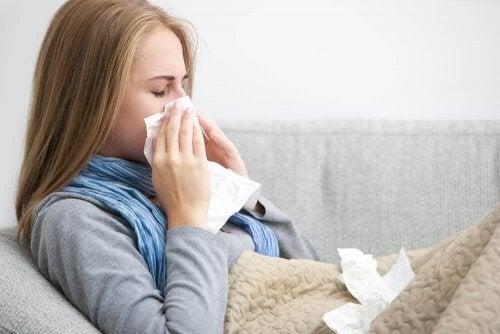 Syg kvinde pudser næse