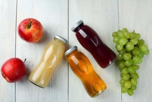 Frugtjuice i glasflasker