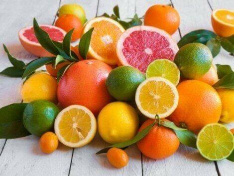 Bunke af farverige citrusfrugter