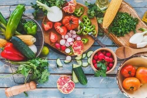 En masse grøntsager på et bord