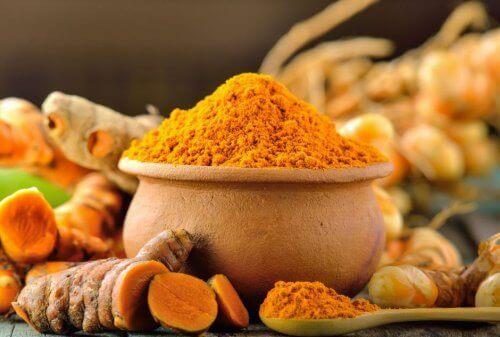 Takket være sin antimikrobielle styrke synes gurkemejebehandlinger til huden at være effektivt til behandling af akne