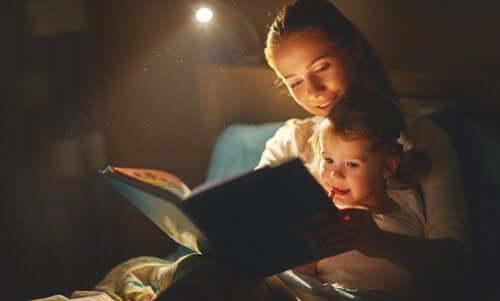 Mor bruger bøger til at hjælpe barn med at håndtere et kæledyrs død