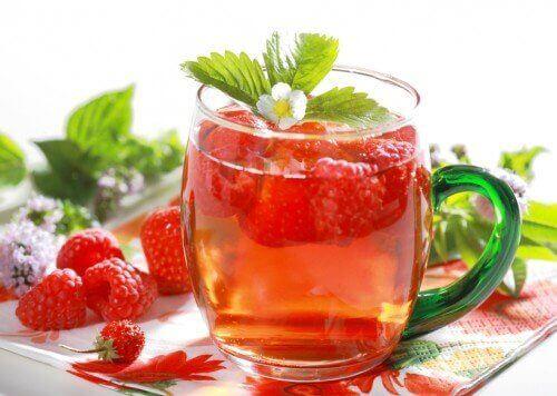 Eksempel på sunde frugtdrikke med hindbær og mynte