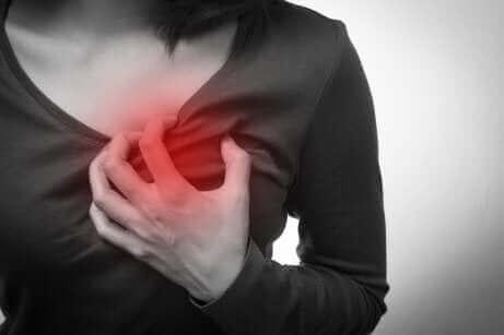 En kvinde med brystsmerter oplever akut koronart syndrom