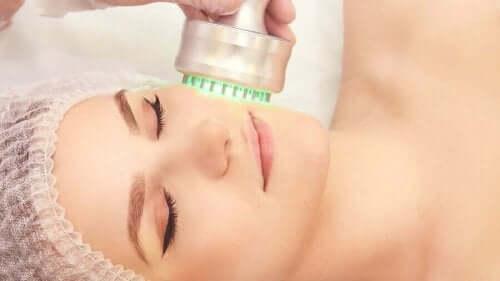 Ansigtsbehandling til foryngelse af huden
