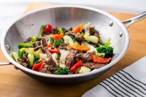 Kød og grøntsager i wok