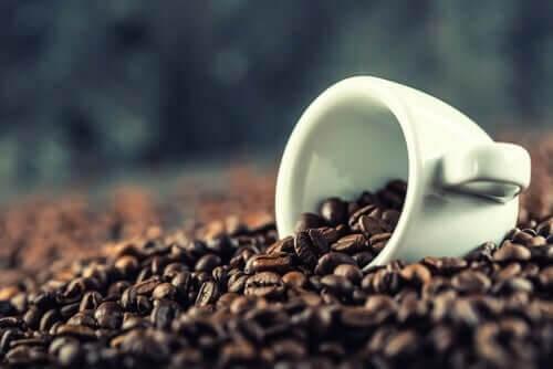 En kop med mange kaffebønner