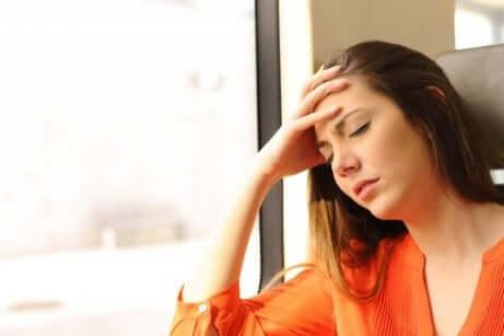 En svimmel kvinde på grund af åreknuder i spiserøret