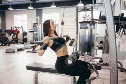 Dame i gang med at styrke musklerne