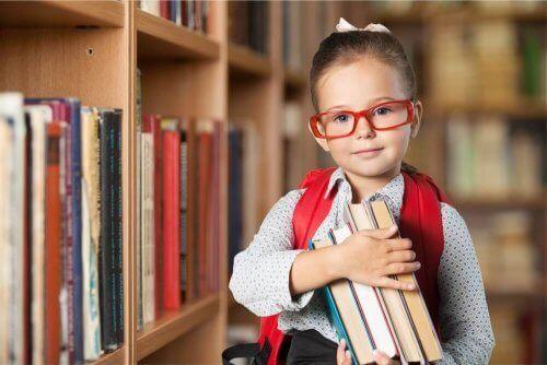 Pige med bøger på bibliotek