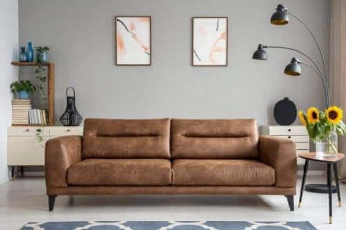 Minimalisme i hjemmet gælder ikke kun møbler. Væggene skal være sparsomt dekoreret og udsmykket med enkle og små genstande