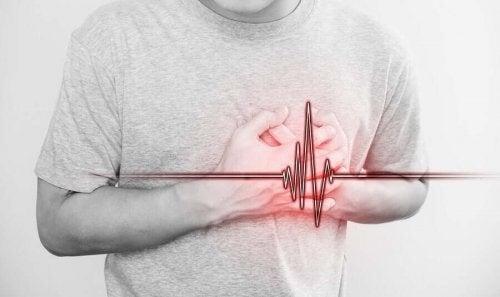 Mand oplever smerter i hjertet