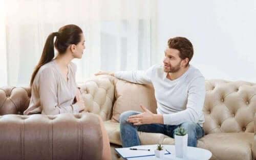 Par i sofa taler sammen