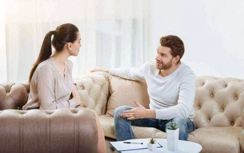 Par kommunikerer for at løse konflikter