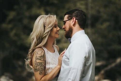 Par smiler og står tæt