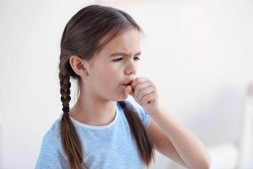 Pige, der hoster, er ramt af forkølelse