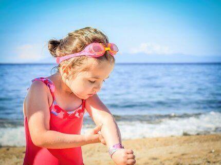 Psoriasis hos børn: En pige ser på pletter på huden