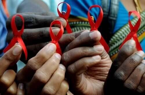 Røde sløjfer markerer den Internationale AIDS-dag