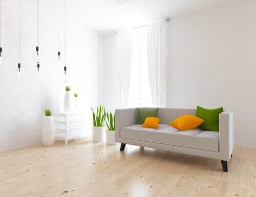 Lyst rum med hvide, gule og grønne farver