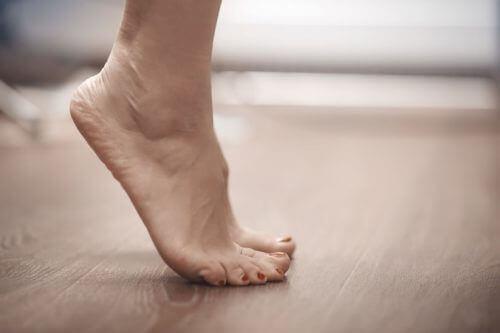 Stå ikke på tæer, da dette øger trykket på din rygsøjle og rygmuskler
