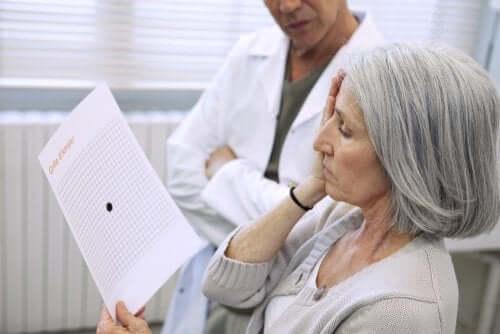 Generelt opdages aldersrelateret makuladegeneration gennem en øjenundersøgelse
