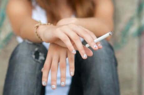 En teenager ryger