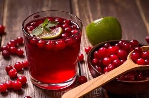 Denne drik med tranebær og lime er meget forfriskende og nærende