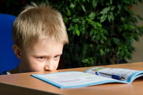 Ufokuseret barn med opmærksomhedsforstyrrelse med hyperaktivitet