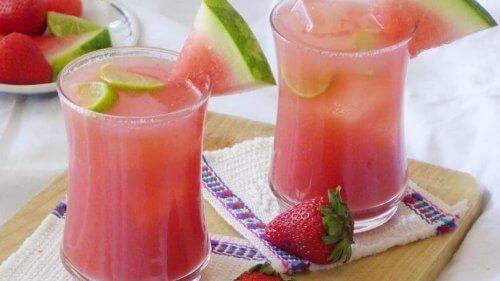 Denne frugtdrik er ideel til varme sommerdage, fordi den både er forfriskende og meget nærende