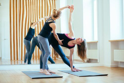 Nogle typer yoga kræver højt energiforbrug, så de kan hjælpe dig med at tabe dig. Og så er det en af de mest brugte træningsformer til følsomme led