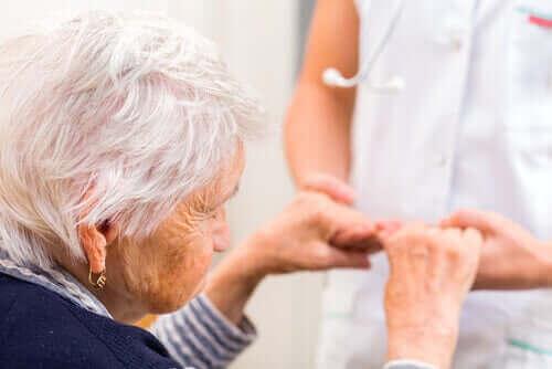 Sygeplejerske med ældre person