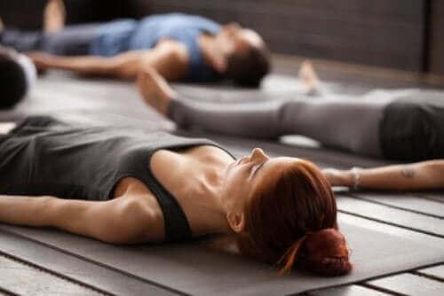 Afslapningsteknikker udføres af personer, der ligger på gulv