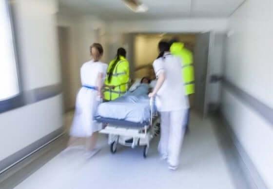 Patient bliver kørt af læger efter blodprop i hjertet